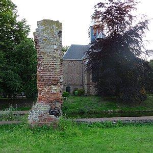 Slotkapel Egmond gezien vanaf de ruine van Slot Egmond