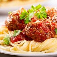 Espaguete ao molho de tomate com almôndegas