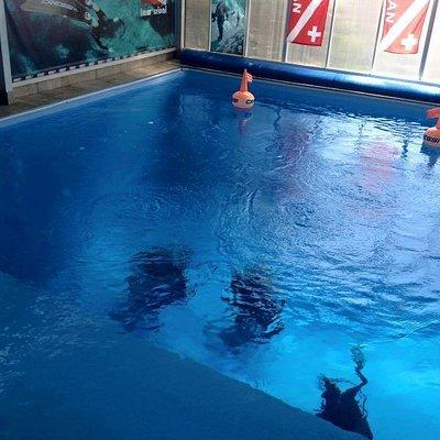 Piscina de 4,8m de profundidade própria para mergulho