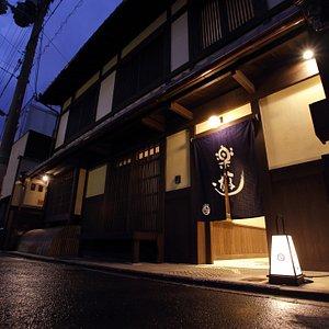 京町家のデザインを生かした新築の旅館です。