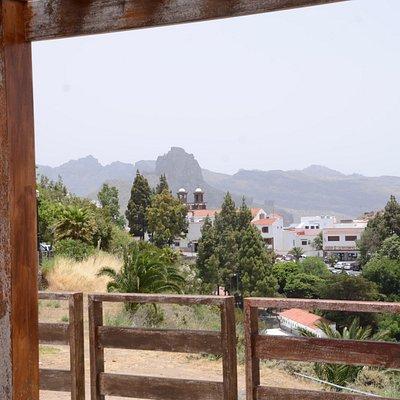 Widok na góry i kościół w wiosce Artenara