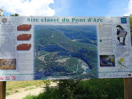 Panneau touristique de Vallon Pont D'Arc