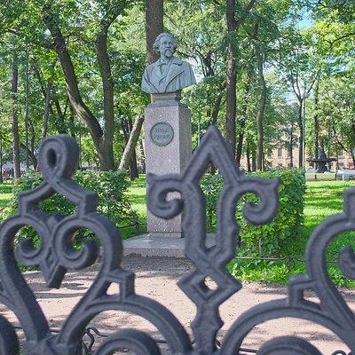 Памятник Репину в Румянцевском саду