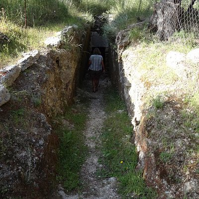 via een pad van ca. 25 meter zie je links de toegang tot het minoische graf