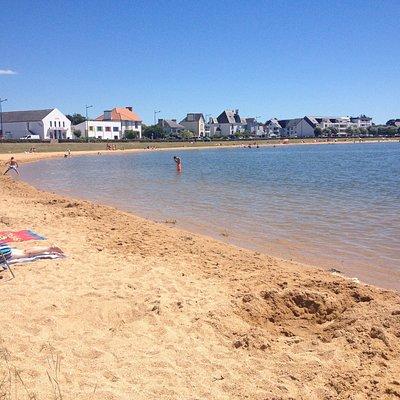 La plage, idéale pour la baignade des enfants car la pente est faible et régulière.
