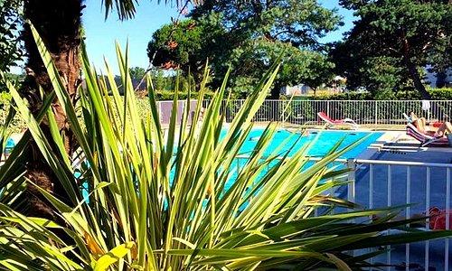 la terrasse du restaurant et sa piscine