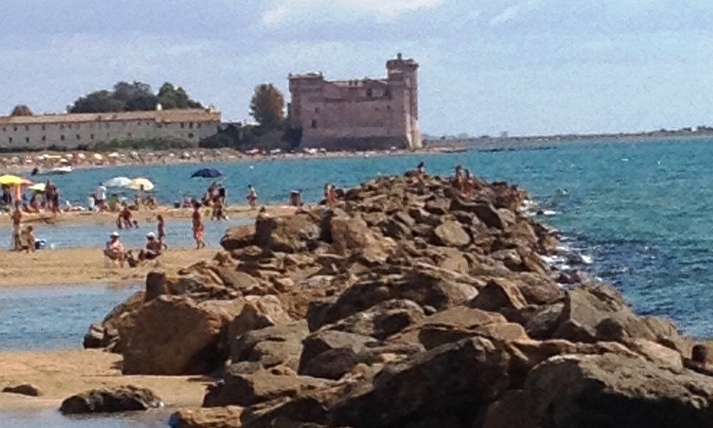il Castello e la cittadella visti dalla spiaggia di Santa Severa