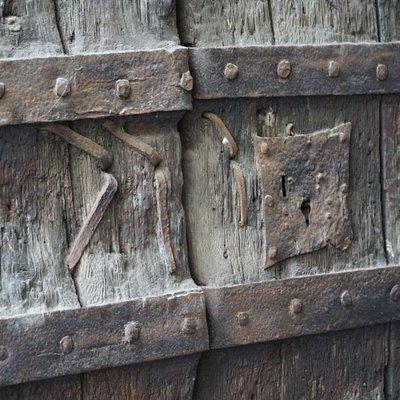 Ferro e legno per la porta
