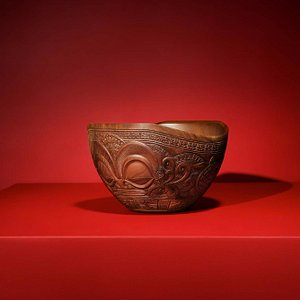 Magnificent Marquesas bowl finely engraved patterns