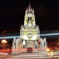 Linda e imponente, a Matriz de S. Sebastião fica no centro de Valinhos. Vista noturna.