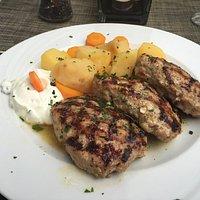 Bifteki mit Kartoffeln.