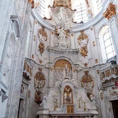 Binnenzicht van de Sint-Petrus en Pauluskerk in Mechelen.