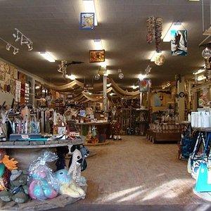 La Grotte est une boutique cadeaux / déco. Il y a plus de 200 artisans du Québec en boutique don