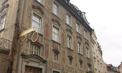 Uma linda casa barroca com varias janelas trabalhadas e desenhadas.