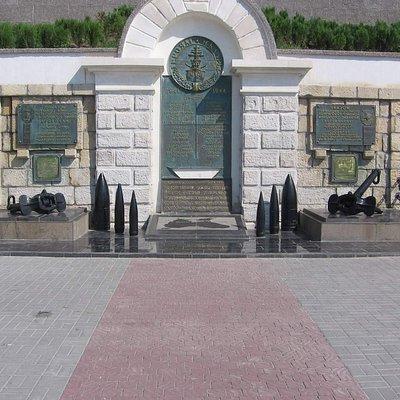 Памятник находится на набережной Корнилова