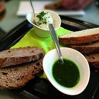 Brotgeschichten mit Pesto und Kräuterdip