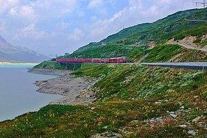 Le train y passe aussi, son trajet est spectaculaire en direction de Poschiavo.