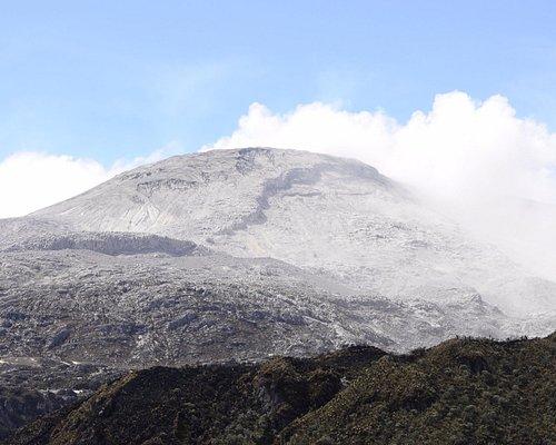 Crater en actividad volcánica.
