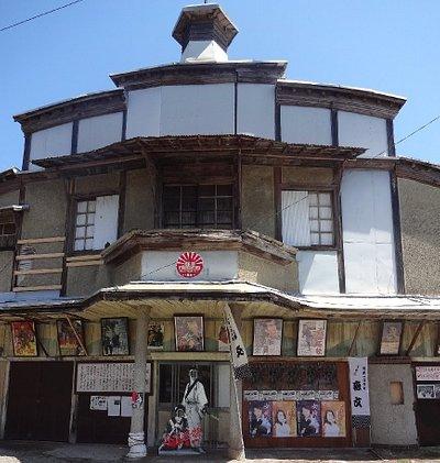 2013年12月24日に国の有形文化財に登録された建物です。元は活動写真館として建てられました。現在は所有者の森文醸造㈱が管理、地域の保存会も発足、年に2回程度16ミリフィルムでの上映会開催中
