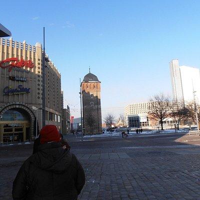 Gleich rechts neben dem Einkaufcenter Roter Turm