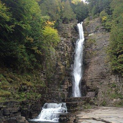 La chute Jean-Larose près du Mont-Ste-Anne et du Sentier Mestachibo.