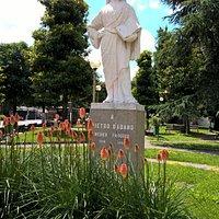 Statua di Pietro d'Abano nei giardini