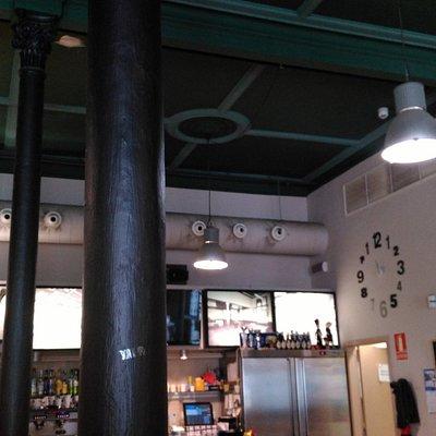 La Violeta. Columnas metalicas de la época.