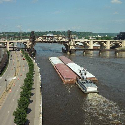 橋からの風景。昇開橋が上がっています。