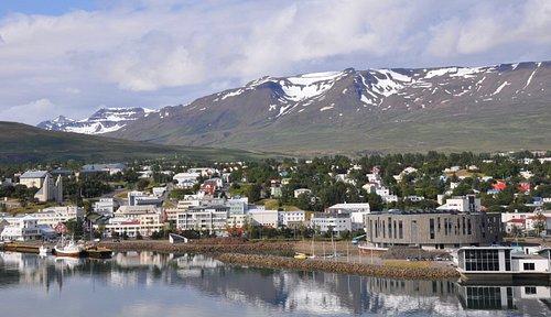 Panorama von Akureyri, links die Kirche, rechts das neue Kulturzentrum