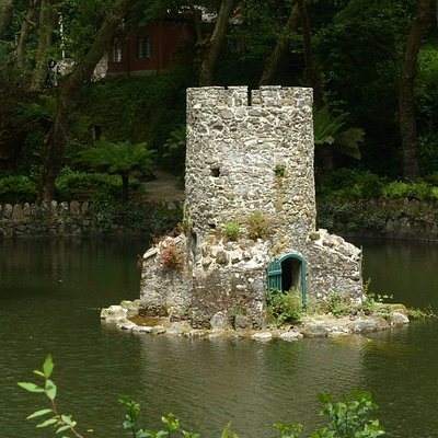 Island duck house at the Valley of Lakes in Sintra