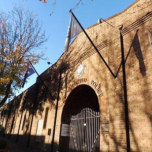 煉瓦塀に囲まれた騎馬隊兵舎