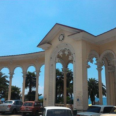 Колоннада на набережной Сухума