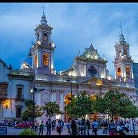 Majestuosa vista de la Catedral de Salta en el atardecer.
