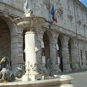 L'ingresso dello IAT in Piazza Arringo