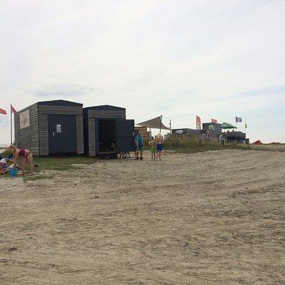 Sandweg mit Blick auf die Surfschule ganz rechts