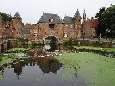koppelpoort gebouwd tussen 1380-1425 Amersfoort