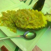 Riso saltato con ananas fresco