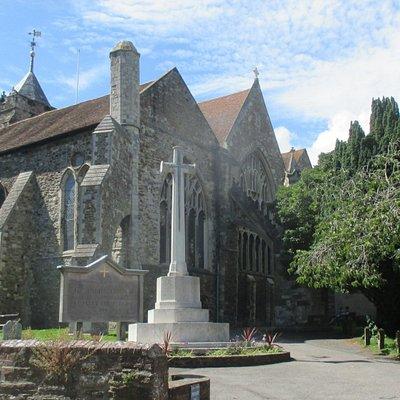 Une Cité médievale magnifique et son église nichée dans un coin de verdure