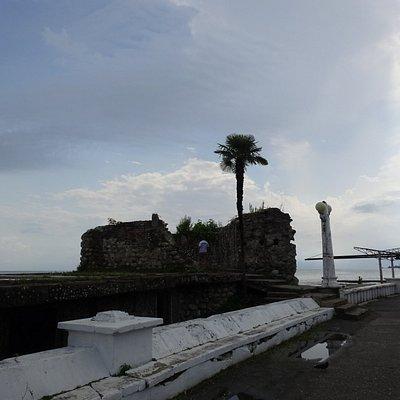 Руины сухумской крепости Диоскурии с набережной