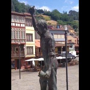 Escultura al escanciador, muy original... ;-))