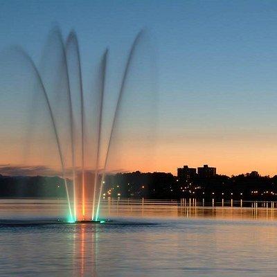 Jet d'eau sur le Lac des Nations, face au Marché de la Gare, Sherbrooke