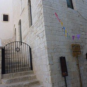 L'ingresso della sinagoga