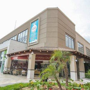 C.C. Arequipa Center, cuentas con Tiendas Paris, Metro, Cinepolis y variedad de tiendas.