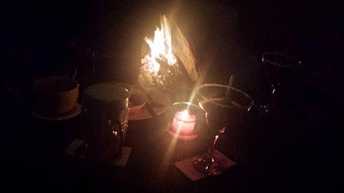 Compartir al calor de la chimenea