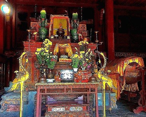 Bottom altar at Hon Chen