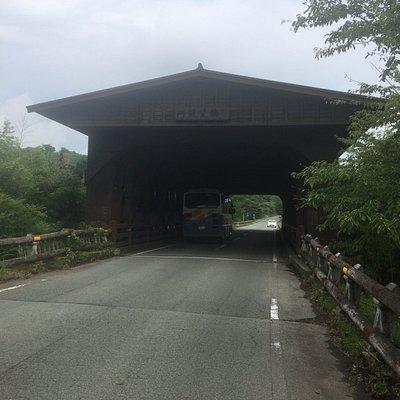 阿蘇望橋の正面 大型バスも楽々の2車線