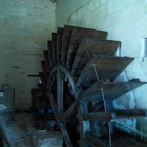 Старинная водяная мельница, которая работает по технологии XVI века - делает масло.
