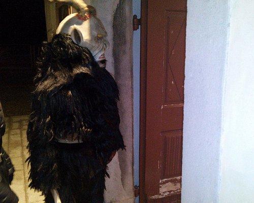 Un caratteristico Krampus davanti alla Chiesa, in occasione della sentitissima festa di San Nico