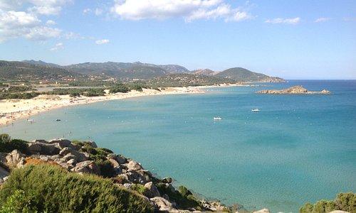 Panorama della spiaggia di Chia dal promontorio che la chiude a sud ovest