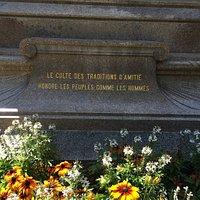 Das neu renovierte Strassburgers Denkmal mit geschichtlichen Hintergrundinformationen.
